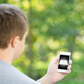 Adam tutarak smartphone — Stok fotoğraf