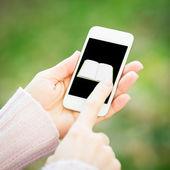在女人手中的智能手机 — 图库照片