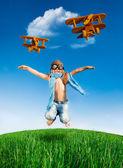 šťastné dítě skákání venku — Stock fotografie