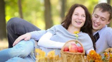Familia feliz divirtiéndose al aire libre en primavera park. — Vídeo de stock