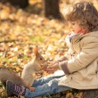 Child feeds a little squirrel — 图库照片