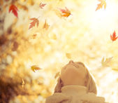 Child in autumn park — Stockfoto