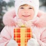 glückliches Kind holding Geschenk-box — Stockfoto #32145831