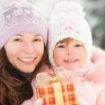 glückliche Familie mit Geschenk-box — Stockfoto #32145841