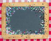 Alte hölzerne tafel mit konfetti — Stockfoto
