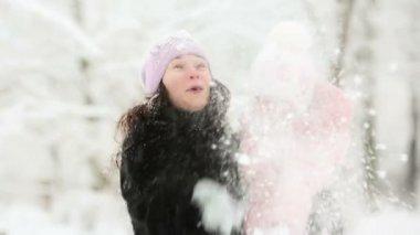 Femme et enfant jouant avec de la neige en hiver — Vidéo