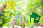 Casa de ecología en las manos — Foto de Stock