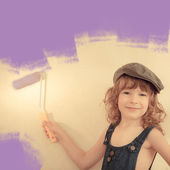 Kid painting wall — Stock Photo