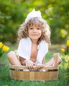 孩子沐浴在户外的春天 — 图库照片