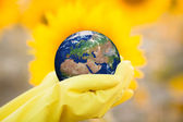 Child holding Earth in hands — Foto Stock