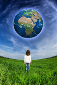 Child looking at the Earth planet — Stock Photo