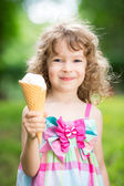 Bambino felice mangiando gelato — Foto Stock