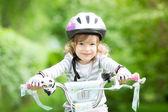 快乐的孩子坐在自行车上 — 图库照片