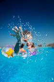 Kind im schwimmbad — Stockfoto
