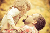 Happy father and child in autumn — Stockfoto