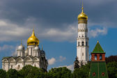 Archangel cathedral and Ivan the Great bell tower of Moscow Krem — Stock Photo