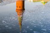 Odraz moskevské kremelské věže v řece — Stock fotografie