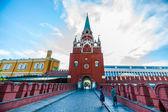 Kremlin tour 06: Two women meet on the bridge — Stock Photo