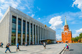 Kremlin tour 40: Tourists in front of the State Kremlin Palace — Stock Photo