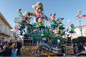 VIAREGGIO, ITALY - FEBRUARY 20: allegorical float of criticis — Stock Photo