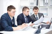 Team av unga affärsmän göra del pappersarbete tillsammans vid offi — Stockfoto