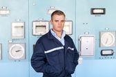 Portrait de jeune ingénieur à la salle de contrôle — Photo