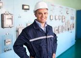 Jeune ingénieur à la salle de contrôle — Photo