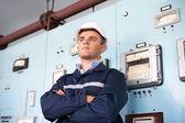 Giovane ingegnere presso la sala di controllo — Foto Stock