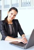 Ung affärskvinna som arbetar på en bärbar dator — Stockfoto