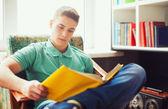 Student zittend op een stoel en het lezen van boek — Stockfoto