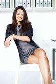 Ung affärskvinna som sitter på en stol — Stockfoto