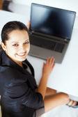 Bir dizüstü bilgisayarda çalışan genç iş kadını — Stok fotoğraf