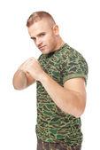 Soldado del ejército de jóvenes en la lucha contra la postura — Foto de Stock