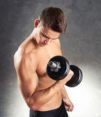 Bodybuilder mann trainieren mit hantel — Stockfoto