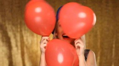 Dívka s kloboukem modré a červené balónky — Stock video
