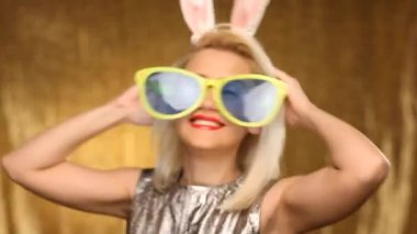 Girl with oversized glasses and bunny ears dancing — Stock Video