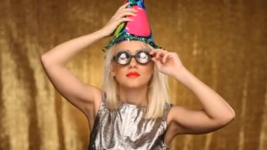 Blonde girl with party hat and silly glasses — Stock Video