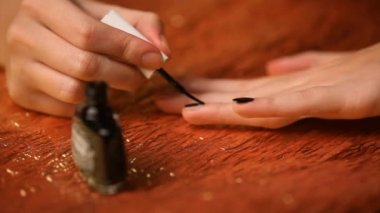 Dívka malba nehty černé — Stock video