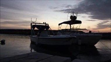 Timelapse dwie łodzie zadokowany — Wideo stockowe