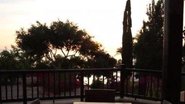 Balkon pohled luxusní vegetace u moře — Stock video
