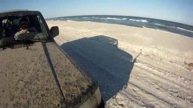 Conducir a lo largo de la playa de nieve — Vídeo de Stock