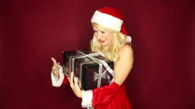 Santa meisje is opgewonden ongeveer presenteren — Stockvideo