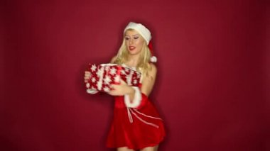 Santa girl dances with present — Stock Video