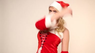 Santa meisje poses en winks — Stockvideo