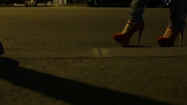 Zapatos rojos calle oscura — Vídeo de stock