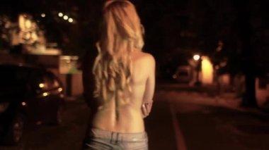 Белокурая девочка, идущая — Стоковое видео
