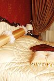 Primo piano di una bella camera da letto classico — Foto Stock