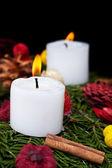 Kerst kaarsen op komst krans — Stockfoto