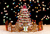 šťastné perník u vánočního stromu — Stock fotografie