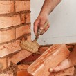 Foto Stock: Mason hands with brick